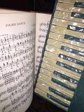 有音乐的1蓝色和白色真珠色的手风琴 免版税库存照片