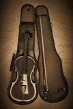 有音乐纸张的老小提琴在减速火箭 库存图片