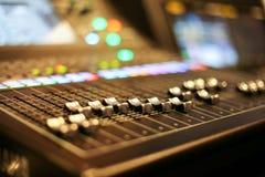 有音量控制器和调整瘤的专业音频混合的控制台 库存照片
