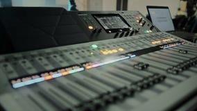 有音量控制器和调整瘤的,声测设备专业混合的控制台 股票录像