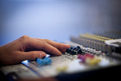 有音量控制器和调整瘤的专业音频混合的控制台 库存图片