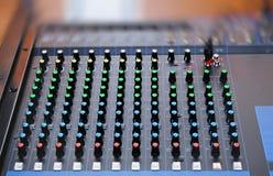 有音量控制器的音频混合的控制台 库存照片