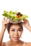 有顶上的色拉盘的亚裔健康女孩 免版税库存图片
