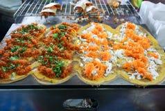 有顶部、金黄蛋黄螺纹和虾的, Khanom Bueang,曼谷,泰国泰国绉纱 图库摄影