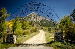 有顶饰小山墓地入口 免版税图库摄影