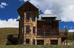 有顶饰小山的科罗拉多老房子 库存图片