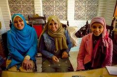 有顶头围巾的三名妇女 库存图片