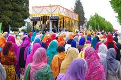有顶头围巾的妇女走在寺庙后的 免版税库存照片