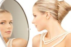 有项链的妇女从珍珠 免版税库存照片