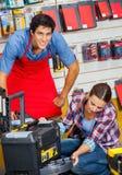 有顾客审查的工具箱的推销员 免版税图库摄影