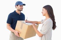 有顾客的愉快的送货人 免版税库存照片
