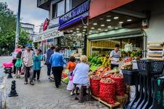 有顾客的邻里蔬菜水果商 库存照片