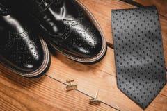有领带和袖口的鞋子 免版税库存照片