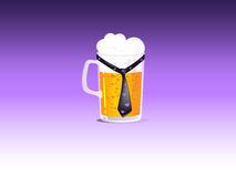 有领带的一个啤酒杯 免版税库存照片