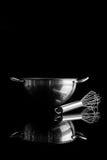 有颊须的钢碗从与反射垂直的边 库存照片