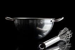 有颊须的钢碗从与反射黑色的边 免版税库存图片