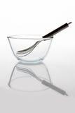 有颊须的玻璃碗在与反射垂直的侧视图里面 免版税库存图片