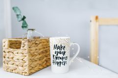 有题字和篮子的刺激杯子 图库摄影