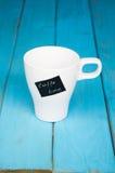 有题字咖啡时间的白色杯子 免版税库存图片