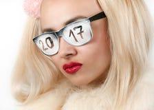 有题字的聪慧的金发碧眼的女人在玻璃2017年 免版税图库摄影