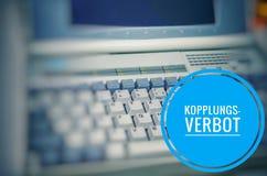 有题字的膝上型计算机用在英国dsgvo联结禁令的德语Kopplungsverbot 免版税图库摄影