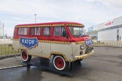 有题字滑冰场的UAZ汽车在索契奥林匹克公园 库存图片