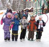 有颜色奥林匹克圆环的在幼儿园,俄罗斯孩子 图库摄影