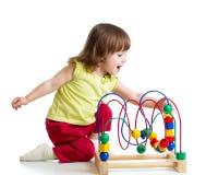 有颜色教育玩具的俏丽的儿童女孩 免版税库存图片