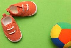 有颜色球的婴孩的运动鞋 库存照片