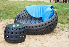 有颜色的软的扶手椅子在海滩把枕在户外 图库摄影