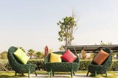 有颜色的软的绿色柳条沙发把枕在得户外 免版税图库摄影