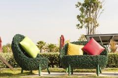 有颜色的软的绿色柳条沙发把枕在得户外 图库摄影