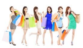 有颜色袋子的愉快的亚裔购物妇女 查出在白色 免版税库存图片
