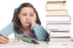有颜色铅笔和书的美丽的女孩担心 库存照片