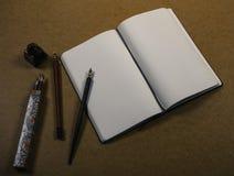 有颜色铅笔的笔记本 免版税库存照片