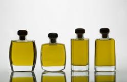 有额外处女橄榄油和强烈的黄色col的玻璃瓶 库存照片