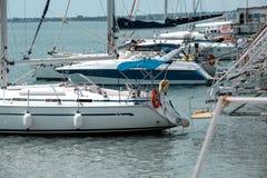 有风帆的游艇在停泊处港口设施基础设施概念 免版税库存照片