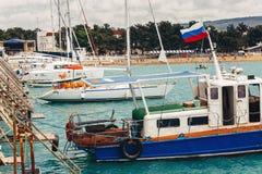 有风帆的游艇在停泊处港口设施基础设施概念 免版税库存图片