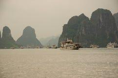 有风景峭壁的船在下龙湾,越南 库存图片