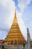 有风景的曼谷玉佛寺的游人和塔 图库摄影