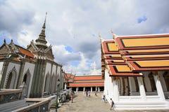 有风景的曼谷玉佛寺的游人和塔 库存照片