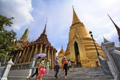 有风景的曼谷玉佛寺的游人和塔 免版税库存照片