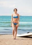 有风海浪的愉快的妇女在海滩 免版税库存图片
