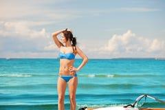 有风海浪的愉快的妇女在海滩 免版税图库摄影