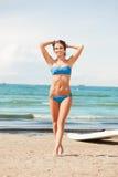 有风海浪的愉快的妇女在海滩 图库摄影