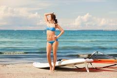有风海浪的愉快的妇女在海滩 免版税库存照片