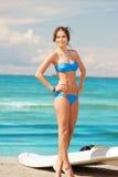 有风海浪的愉快的妇女在海滩 库存照片