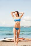 有风海浪的愉快的妇女在海滩 库存图片