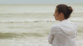 有风海滩的妇女 影视素材