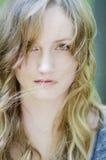 有风的美丽的少妇在头发 免版税库存图片